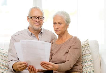 damas antiguas: familia, los negocios, la edad y el concepto de la gente - pareja de alto nivel con los papeles en el hogar Foto de archivo