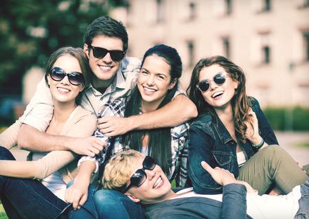 Vacances d'été, l'éducation, le campus et le concept adolescente - groupe d'étudiants ou des adolescents traîner Banque d'images - 33042770
