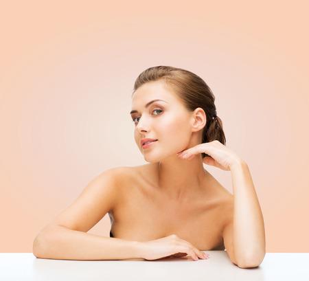 jeune fille adolescente nue: beaut�, le concept de sant� et les gens - en souriant belle femme avec une peau parfaite propre sur fond beige Banque d'images