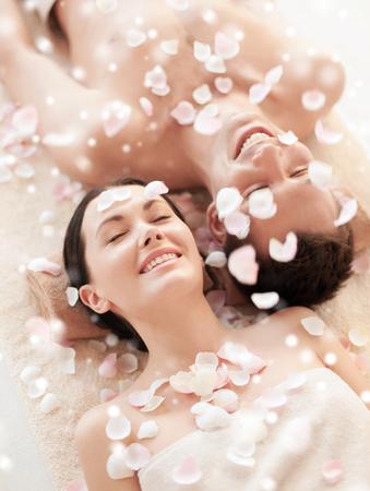 sano: la belleza, la salud, las vacaciones, la gente y el concepto de spa - feliz pareja con los ojos cerrados en la Sal�n de spa Foto de archivo
