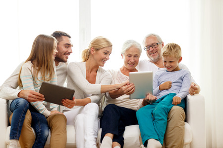 가족, 세대, 기술 및 사람들이 개념 - 가정에서 tablet pc 컴퓨터와 웃는 가족 스톡 콘텐츠