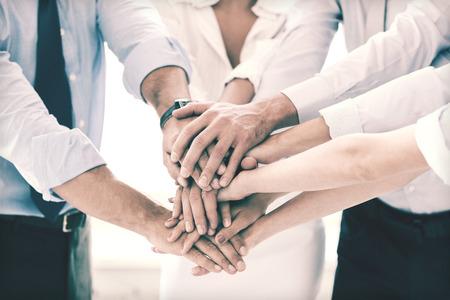 празднования: Успех и победа концепция - счастливый бизнес команда празднует победу в офисе
