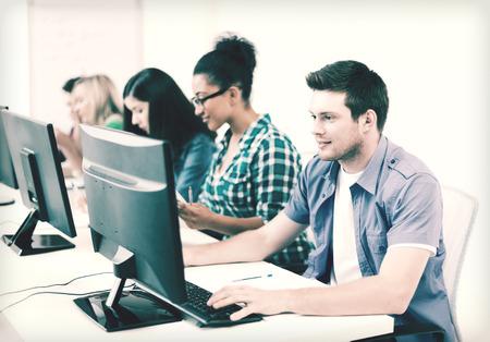 alumno estudiando: concepto de educaci�n - estudiante con la computadora estudiando en la escuela