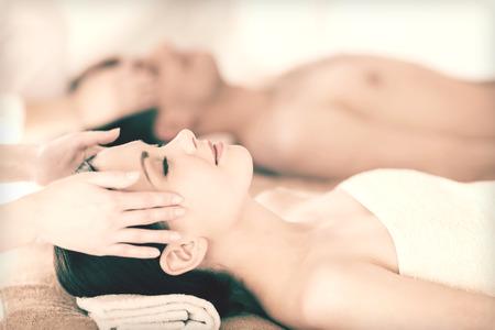 foto di coppia in spa salon ottenere un trattamento viso