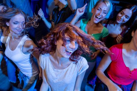 Fiesta, días de fiesta, celebración, vida nocturna y Concepto - sonriente amigos bailando en el club Foto de archivo - 33854035