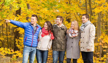femme romantique: amour, relation, la saison, l'amiti� et les gens notion - groupe de sourire des hommes et des femmes embrassant dans le parc de l'automne