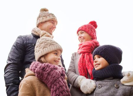 madre e hija adolescente: la familia, la infancia, la temporada y la gente concepto - familia feliz al aire libre