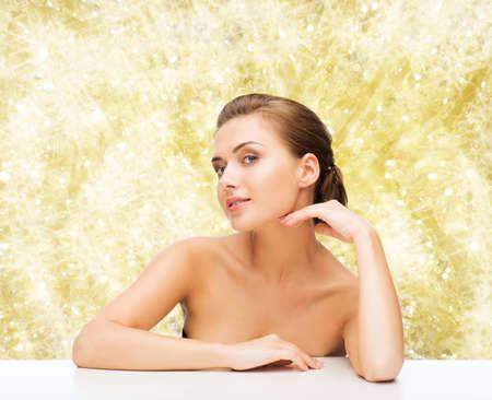 jeune fille adolescente nue: la beaut�, le concept de la sant� et les gens - en souriant belle femme avec une peau parfaite propre sur fond jaune est allum�e