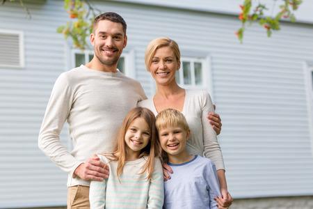 Familie, geluk, generatie, thuis en de mensen concept - gelukkige familie die zich in de voorkant van het huis buiten Stockfoto - 34034818