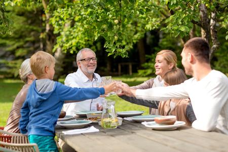 rodina, štěstí, generace, domů a lidé koncept - šťastná rodina s dovolenou večeři venku