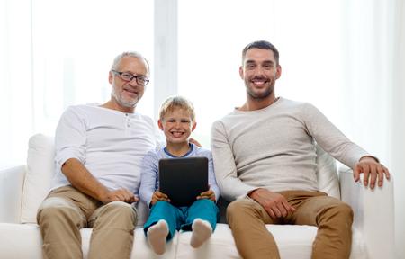 가족, 세대, 기술과 사람들 개념 - 집에서 태블릿 pc 컴퓨터와 함께 소파에 앉아 웃는 아버지, 아들과 할아버지