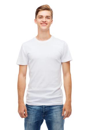 T-Shirt Entwurf und die Menschen Konzept - lächelnden jungen Mannes in leeren weißen T-Shirt Standard-Bild - 34052693