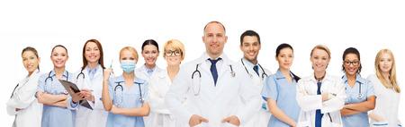 La médecine, la profession, le travail d'équipe et le concept de soins de santé - groupe international de sourire médecins ou des médecins avec presse-papiers et les stéthoscopes sur fond blanc Banque d'images - 34157072