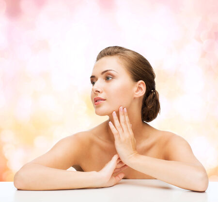 jeune fille adolescente nue: beauty, health and people concept - smiling beautiful woman with clean perfect skin over pink lights background