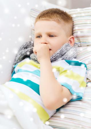 toser: la infancia, la salud y las personas concepto - niño enfermo con pañuelo en la cama y la tos en casa