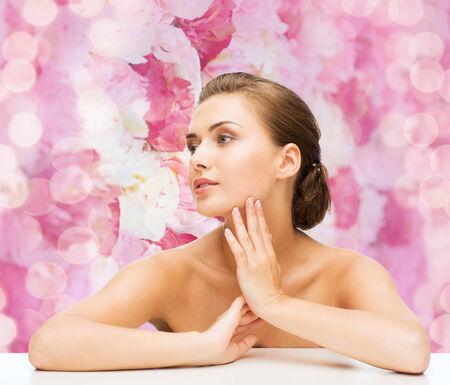 jeune fille adolescente nue: la beaut�, le concept de la sant� et les gens - en souriant belle femme avec une peau parfaite propre sur fond rose floral Banque d'images