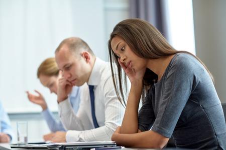 zakelijk, Teamwork, mensen en crisis concept - business team zitten verdrietig en het oplossen van problemen in het kantoor