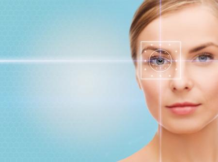la salud, la medicina, la identidad, la visión y concepto de la gente - hermosa mujer joven con líneas de luz láser en el ojo sobre fondo azul Foto de archivo