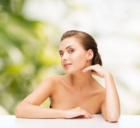 jeune fille adolescente nue: la beaut�, le concept de la sant� et les gens - en souriant belle femme avec une peau parfaite propre sur fond vert