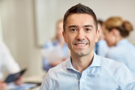 オフィスで会議の実業家のグループと実業家を笑顔 - ビジネス、人々 とチームワークの概念