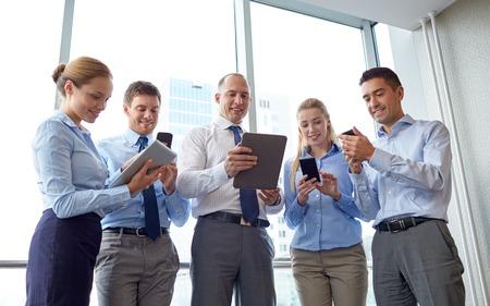 reuniones empresariales: negocios, trabajo en equipo, la gente y el concepto de tecnolog�a - equipo de negocios con reuni�n Tablet PC y tel�fonos inteligentes en el cargo Foto de archivo
