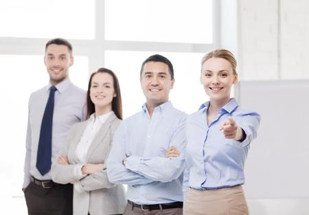 invitando: concepto de negocio y la oficina - sonriendo guapo de negocios con equipo de oficina apuntando con el dedo a usted