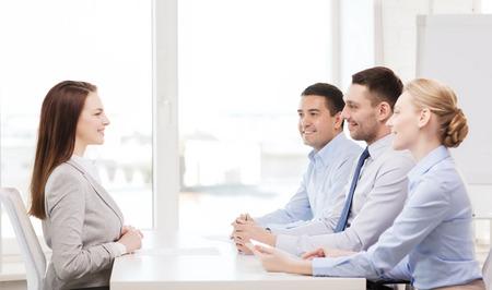 comit� d entreprise: affaires, de carri�re et de bureau notion - sourire d'affaires lors de l'entrevue d'emploi dans le bureau