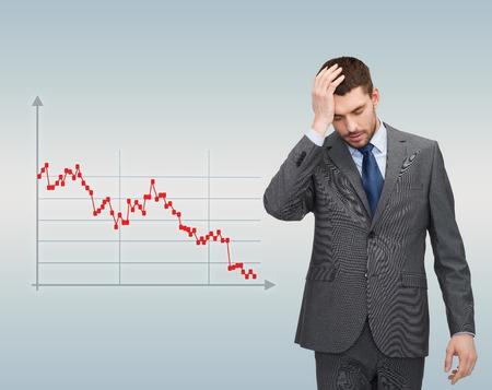 crisis economica: negocio, quiebra, personas y concepto de la tensión - hombre de negocios infeliz sobre fondo gris y el gráfico de divisas que va abajo