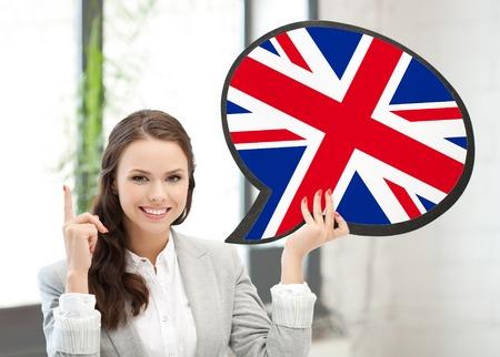 bandiera inglese: educazione, lingua straniera, inglese, persone e concetto di comunicazione - sorridente donna con bolla testo di bandiera britannica e puntando il dito in alto