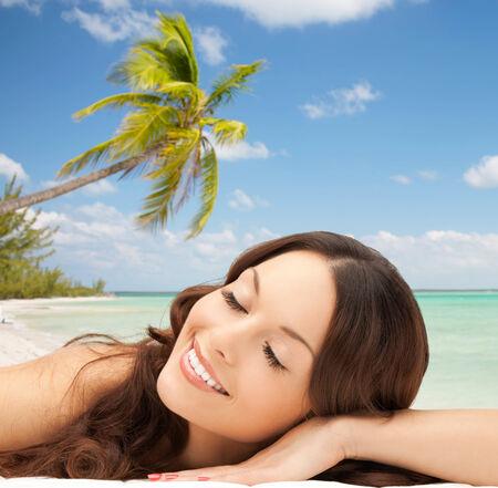 ojos cerrados: la belleza, la gente, los viajes y el concepto de salud - mujer hermosa joven tendido con los ojos cerrados sobre fondo playa tropical Foto de archivo