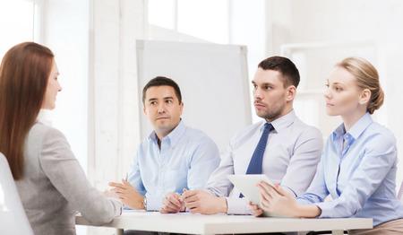 comit� d entreprise: affaires, entrevue, l'emploi et le concept de bureau - l'�quipe des affaires avec l'ordinateur tablette pc interviewer ou le licenciement des travailleurs en fonction