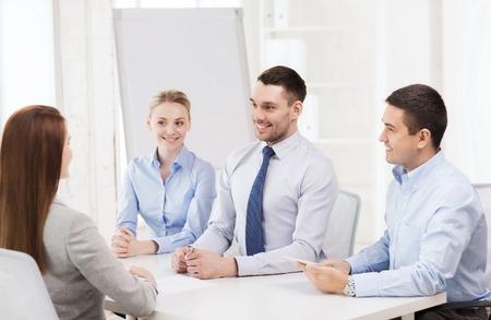 comité d entreprise: affaires, entrevue, l'emploi et le concept de bureau - l'équipe des affaires avec l'ordinateur tablette pc interviewer travailleur dans le bureau