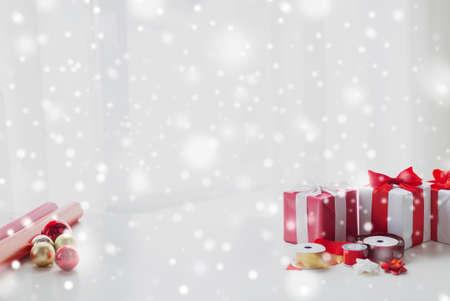 moños navideños: días de fiesta y celebración concepto - cerca de los regalos de Navidad, papel de decoración, cintas y tijeras Foto de archivo