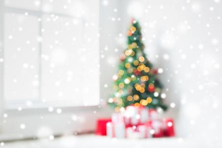 Urlaub, Feier und Wohnkonzept - Wohnzimmer mit Weihnachtsbaum und Geschenke Hintergrund