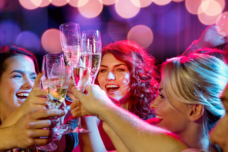 glas sekt: Party, Urlaub, Feiern, Nachtleben und Menschen Konzept - l�chelnde Freunde mit einem Glas Sekt im Club