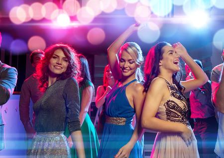 파티, 휴일, 축하, 친구들과 사람들 개념 - 클럽에서 춤을 웃는 친구