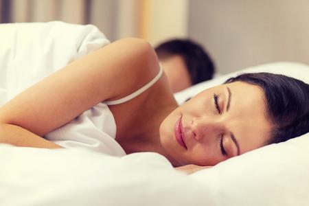 호텔, 여행, 관계, 행복 개념 - 행복 부부가 침대에서 잠을