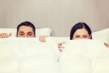 호텔, 여행, 관계, 행복 개념 - 침대에서 행복한 커플