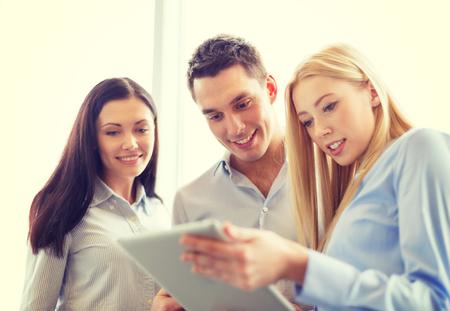 trabajo social: concepto de negocio y la oficina - sonriendo equipo de negocios trabajando con tablet pc en la oficina Foto de archivo