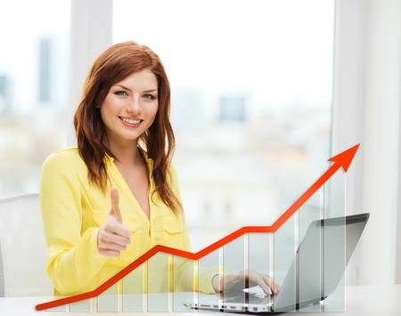 사람, 기술, 통계 모래 비즈니스 개념 - 집에서 엄지 손가락을 보여주는 노트북 컴퓨터와 성장 차트 웃는 여자 스톡 콘텐츠