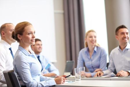 biznesu, ludzi i koncepcji pracy zespołowej - grupa uśmiechnięta spotkania informatyków na prezentacji w biurze