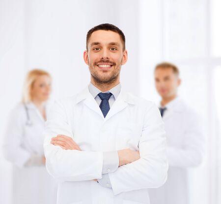 grupo de médicos: cuidado de la salud, la profesión y concepto de la medicina - sonriente a médico masculino en bata blanca sobre fondo blanco