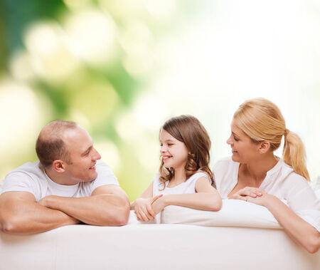niÑos hablando: la familia, la infancia, la ecología y la gente - sonriente madre, el padre y la niña sobre fondo verde