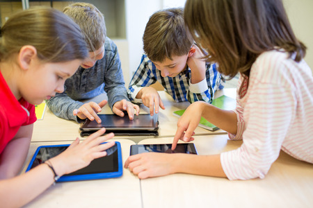 教育、小学校、学習、技術と人のコンセプト - タブレット pc コンピューター教室の休憩時間に楽しい時を過すと学校の子供たちのグループ