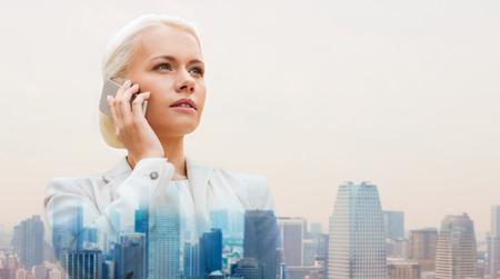 llamando: negocio, la tecnología, la comunicación y la gente concepto - empresaria seria con el teléfono inteligente que habla sobre el fondo de la ciudad Foto de archivo