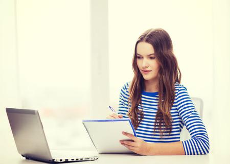 教育: 教育,科技和家庭的概念 - 集中少女與筆記本電腦,筆記本和筆在家裡