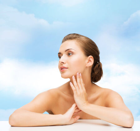 jeune fille adolescente nue: la beaut�, le concept de la sant� et les gens - en souriant belle femme avec une peau parfaite propre sur fond de ciel bleu nuageux