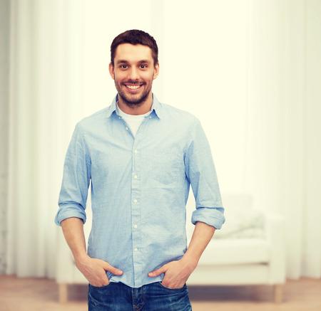 uomo felice: la felicità e la gente concept - sorridente uomo