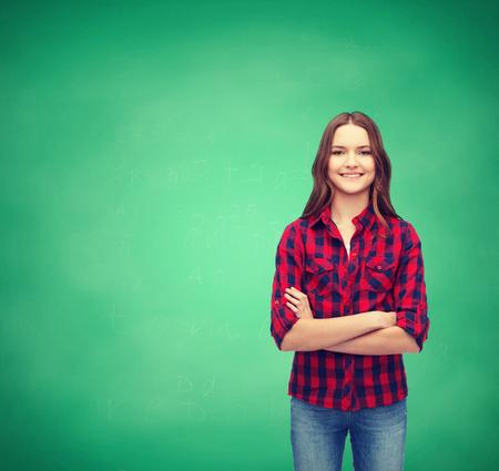 cute teen girl: счастье и люди концепции - улыбается молодая женщина в повседневной одежды со скрещенными руками