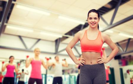 ejercicio: gimnasio y dieta concepto - sonrisa adolescente en ropa deportiva